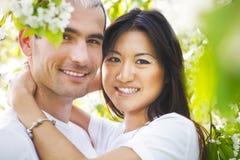 Couples de sourire heureux dans le jardin d'amour au printemps Image libre de droits