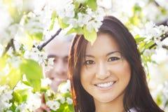 Couples de sourire heureux dans le jardin d'amour au printemps Photos stock