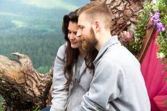 Couples de sourire heureux de portrait dans l'amour, beaux couples dans le moun Photo libre de droits