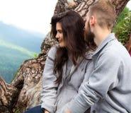 Couples de sourire heureux de portrait dans l'amour, beaux couples dans le moun Photographie stock