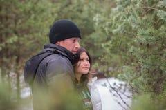 Couples de sourire heureux en parc Concept au sujet de l'amour Photos stock