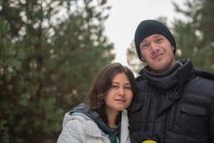 Couples de sourire heureux en parc d'hiver Concept au sujet de l'amour Photo libre de droits