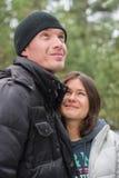 Couples de sourire heureux en parc d'hiver Concept au sujet de l'amour Photographie stock