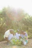 Couples de sourire heureux faisant du jardinage avec leur fille Images libres de droits