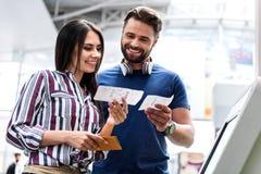 Couples de sourire heureux gardant des airtickets image libre de droits