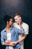 Couples de sourire heureux Homme et femme, amour et soin Photo stock