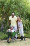Couples de sourire heureux jouant avec la brouette et leur fils photo libre de droits