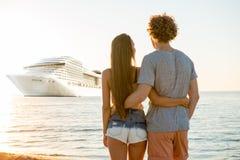 Couples de sourire heureux qui voyagent par cruiseship Concept des vacances et de l'été Photographie stock libre de droits