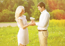 Couples de sourire heureux tenant le bouquet Photo libre de droits