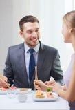 Couples de sourire mangeant des sushi au restaurant Image libre de droits
