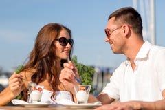 Couples de sourire mangeant le dessert au café Photographie stock libre de droits