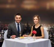 Couples de sourire mangeant le dessert au restaurant Photographie stock