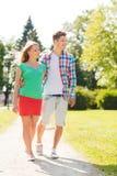 Couples de sourire marchant en parc Photo stock
