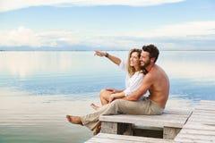 Couples de sourire marchant et indiquant l'horizon Photo libre de droits