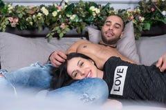 Couples de sourire merveilleux de l'homme avec le coffre et la brune nus pré Image stock