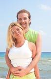 Couples de sourire par la mer Image stock