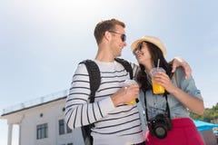 Couples de sourire positifs se reposant ensemble Photo stock