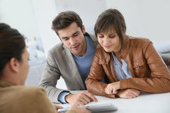 Couples de sourire prêts à acheter une maison Photo stock