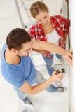 Couples de sourire rénovant la nouvelle maison Photo libre de droits
