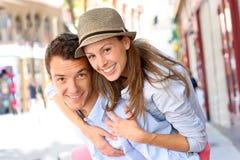 Couples de sourire regardant l'appareil-photo Image stock