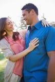 Couples de sourire regardant l'un l'autre dans les yeux Photo stock