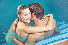 Couples de sourire se reposant dans la piscine Images libres de droits