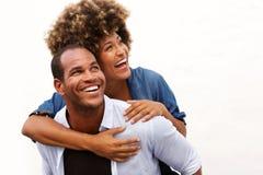 Couples de sourire se tenant dans l'étreinte sur le fond blanc Image stock