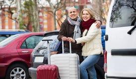 Couples de sourire supérieurs des voyageurs posant avec des pêcheurs à la cuiller Photo stock