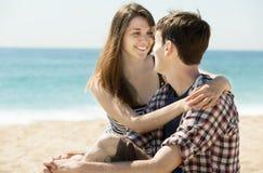 Couples de sourire sur la plage sablonneuse Images stock