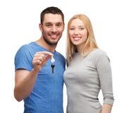 Couples de sourire tenant des clés Photographie stock