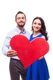 Couples de Ssmiling tenant le coeur Photos libres de droits