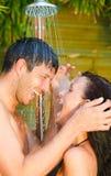 Couples de station thermale de douche Image stock