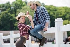 Couples de style de cowboy posant ensemble sur le ranch Photographie stock libre de droits