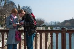 Couples de touriste le long du Seine Photographie stock libre de droits