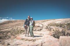 Couples de touriste sur l'île du Sun, lac Titicaca, Bolivie Concepts de l'envie de voyager et des personnes voyageant autour du m Photos libres de droits