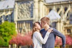 Couples de touristes à Paris se reposant près de Notre-Dame Image libre de droits