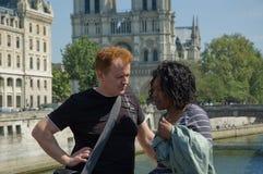 Couples de touristes ayant une causerie photos libres de droits