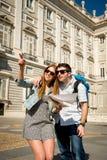 Couples de touristes d'amis visitant Madrid en quelques vacances visitant la ville heureuse avec la carte de ville Photos libres de droits