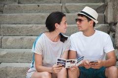 Couples de touristes dans l'amour appréciant la ville visitant le pays Photos libres de droits