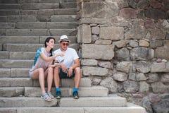 Couples de touristes dans l'amour appréciant la ville visitant le pays Images stock