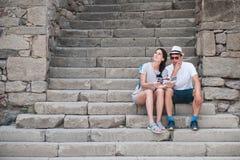 Couples de touristes dans l'amour appréciant la ville visitant le pays Photographie stock