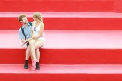 Couples de touristes dans l'amour voyageant ensemble datant Photo stock