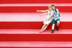 Couples de touristes dans l'amour voyageant ensemble datant Image libre de droits