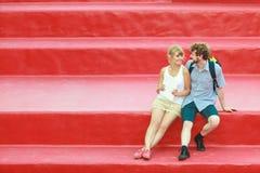 Couples de touristes dans l'amour voyageant ensemble datant Photo libre de droits