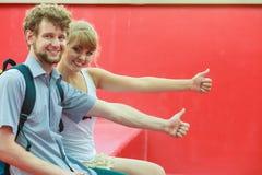 Couples de touristes dans l'amour voyageant ensemble datant Photographie stock libre de droits