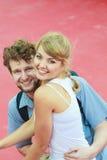 Couples de touristes dans l'amour voyageant ensemble datant Images stock