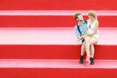 Couples de touristes dans l'amour voyageant ensemble datant Images libres de droits