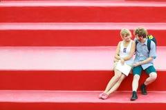 Couples de touristes dans l'amour voyageant ensemble datant Photos stock