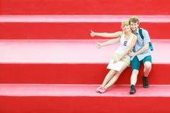 Couples de touristes dans l'amour voyageant ensemble datant Image stock