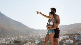 Couples de touristes dans l'humeur romantique dehors des vacances Photographie stock libre de droits